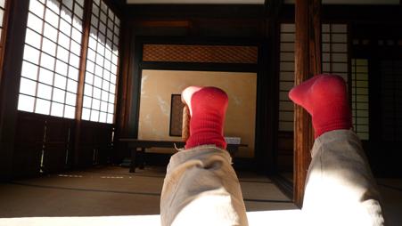お寺と足.jpg