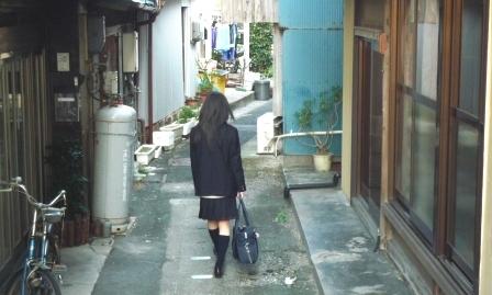 路地を歩く少女.JPG