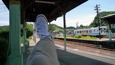 駅とスニーカー.jpg