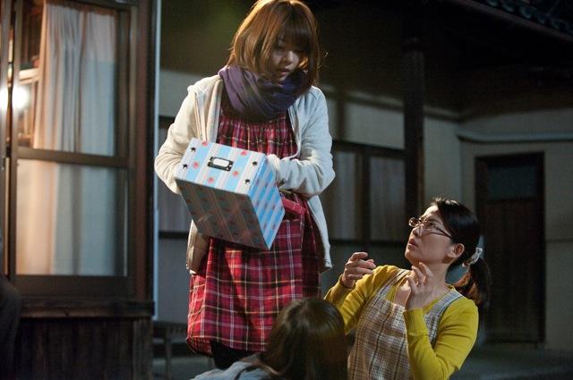 箱を持っている芳賀優里亜