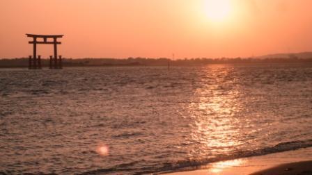 夕陽と鳥居.JPG